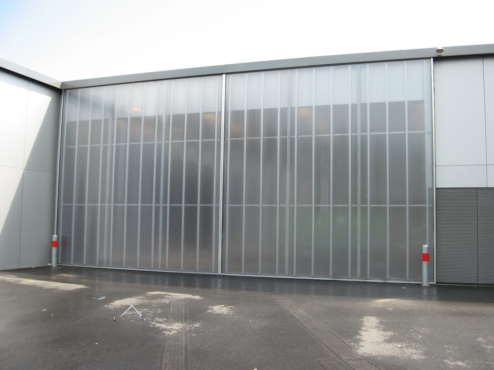 Schuifdeuren - grote deuren - Protec Industrial Doors & Fire Station Zwolle - special glass doors - Protec Industrial Doors