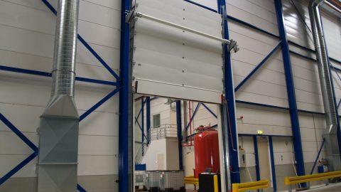 Liquid retention barrier integrated on sectional overheaddoor